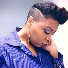 This chic right here shows the most versatile hairstyles you can achieve with shaved sides! Natural Hair Cuts, Natural Hair Styles, Shaved Hair Designs, Shaved Sides, Love Hair, Big Hair, Afro Hairstyles, Hair Dos, Short Hair Cuts