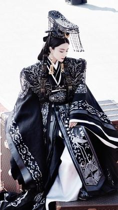 Traditional Chinese Ancient Qin Dynasty Imperial Empress Dowager Embroidered Trailing Costume and Headpiece Complete Set Korean Traditional Clothes, Traditional Fashion, Traditional Dresses, Traditional Chinese, Hanfu, Oriental Fashion, Asian Fashion, Chinese Clothing, Chinese Style