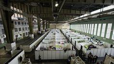 Mehrere Doppelstockbetten stehen in den Familienquartieren in einem Hangar im ehemaligen Flughafen Tempelhof in Berlin.