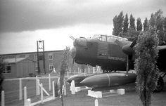 Bên cạnh các loại bom thông thường, Avro Lancaster còn được trang bị 3 loại bom hạng siêu nặng gồm: Grand Slam; Tallboy, Upkeep. Trong ảnh, siêu bom nổ chậm Tallboy đặt cạnh Lancaster trong bảo tàng. Tallboy có trọng lượng lên tới 5,4 tấn, dài 6,4m, chứa 2.400kg thuốc nổ Torpex D1. Loại bom này chuyên dùng để phá các công trình quân sự kiên cố, các thiết giáp hạm hạng nặng.