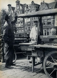 Herring cart on Prinsengracht in Amsterdam. Amsterdam City, Amsterdam Netherlands, Amsterdam Jordaan, Holland Netherlands, Old Pictures, Old Photos, Vintage Photos, World Press Photo, Cruise Europe