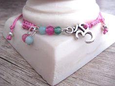 Pulseras de macramé rosa con símbolo del OM y ágatas de colores // Pink macrame bracelets with OM symbol and colorful agates