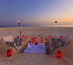 Funny pictures about Romantic Beach Dinner. Oh, and cool pics about Romantic Beach Dinner. Also, Romantic Beach Dinner photos. Beach Lounge, Beach Picnic, Summer Picnic, Beach Chairs, Lounge Party, Beach Camping, Backyard Beach, Picnic Set, Beach Dinner Parties
