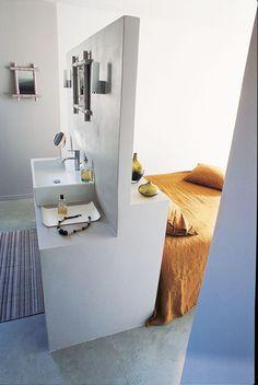 une s paration toute simple entre le lit et lavabo une salle de bains dans la chambre les 10. Black Bedroom Furniture Sets. Home Design Ideas