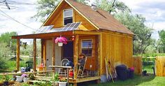 How to build a nice small cabin powered by solar panels. Lamar Alexander built this cute little 400 square foot cabin for approximately $2000, and powers it with a 570 watt...