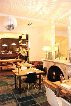 Na het succes van Eat Love Pizza lanceert Valentina Gatti opnieuw een innoverend restoconcept: een nostalgische keuken met kleine gerechten op basis van top ingrediënten die je kan delen aan de tafel • To do? Je kiest uit 'Bar Bites' of 'Tastings': beide keuzes bieden je een mix van uitzonderlijke Belgische specialiteiten. • Interieur? Warm en eigentijds, vintage en design, bruut en zacht. Een echt woonkamerinterieur met blauw tapijt, houten tafels, Eames-stoeltjes en vooral veel…