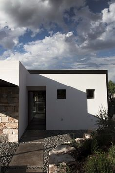 Gli edifici che caratterizzano il paesaggio rurale, in gran parte ancora integro, di queste zone possiedono un forte carattere simbolico, un preciso e riconoscibile linguaggio architettonico. Quando mi capita di recuperarli e integrarli, come in...
