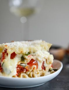 White Pizza Lasagna - this revamped lasagna takes on the flavors of your favorite white pizza pie. I howsweeteats.com