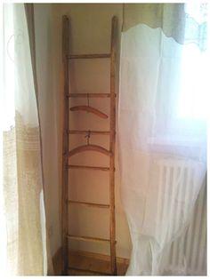 Particolare di una camera da letto: scaletta al posto dell'appendi abiti