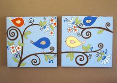 Pájaros azules y naranja-  Estas aves dulces y flores son lo suficientemente femeninas para guardería de tu niña, sin el esquema de colores tradicional chica. Perfecto para una habitación compartida por una hermano y hermana. Cada conjunto de aves es costumbre pintado y no estampados. Mano de pintura cada uno de estos en una galería envuelto el lienzo con pintura acrílica.  Cada lienzo mide 20 x 20 y es de 1.5 de profundidad. Están pintados en los lados en un chocolate oscuro marrón y no…
