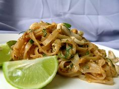 Pad Thai. Tallarines de arroz con carne y vegetales, típico de la cocina thai.
