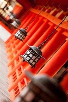 Santuario Itsukushima en Miyajima frente a la costa de Hiroshima, Japan / Japón・日本・広島湾・宮島 / 厳島shrine / shinto / lanterns / orange Yokohama, Asia Travel, Japan Travel, Japan Trip, Kyoto, Japon Tokyo, Art Asiatique, Miyajima, Zen Gardens