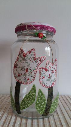 Pote de vidro utilitário e decorativo com aplicação de tecido caseado (bordado) no vidro e tampa de tecido.  O modelo do vidro é de palmito com a tampa de boca larga que mede 10 cm (a tampa é de metal). Mason Jar Crafts, Bottle Crafts, Mason Jars, Crochet Table Runner Pattern, Sewing Stuffed Animals, Decorated Jars, Basket Decoration, Bottle Art, Creative Decor