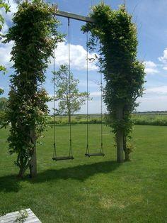 Een speelse tuin. Klimplanten als omlijsting van een schommel of pergola zonwering.