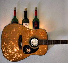 lampe aus gitarre mit weinflaschen, kreative wanddeko