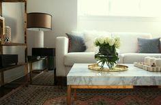 plateau marbre-blanc, table basse marbre, table de salon avec fleurs, canapé blanc, coussins