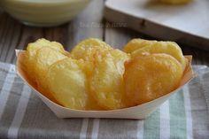 Le conchiglie di patate sono un vero peccato di gola! Dorate e croccanti, sono deliziose servite con fettine di limone.