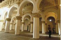 La Sinagoga de Santa María La Blanca se encuentra en pleno corazón de la antigua Aljama de la ciudad de Toledo. Fue construida a finales del siglo XII y recibió su nombre actual al convertirse en una iglesia de la Orden de Calatrava a principios del siglo XV, sirviendo actualmente sólo como monumento visitable en el que, además, se realizan actos y encuentros culturales.