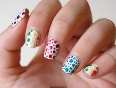 uñas blancas con puntos de colores
