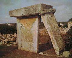 Taula. Piedra vertical descansando en una horizontal, formando un contrafuerte.