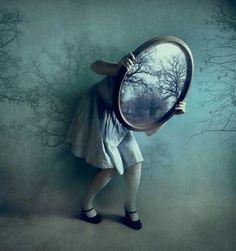 """""""Erígese tu voz en mis sentidos tornándose en mi cuerpo sueño helado, y me miro entre espejos congelado, y mis labios en sombra doloridos"""",  (((extracto de un poema de Alí Chumacero)))"""
