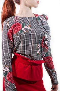 Cuerpo con volante al hombro muy elegante en estampado Príncipe de Gales floral, top en esta temporada. Lo puedes combinar con unos pantalones de pinzas, jeans, falda de tubo, etc.