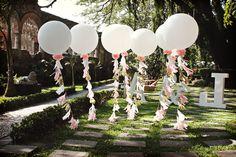 Globos gigantes para decorar la entrada de la recepción de la boda #bodas #ElBlogdeMaríaJosé #FotosBoda #DecoraciónBoda #TendenciasBoda #Wedding
