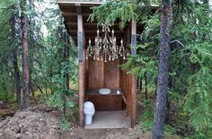 Outhouse Chandelier Diy Wedding Projects, Diy Projects, Bath Trends, Outdoor Baths, April Fools Day, Toilets, Kitchen And Bath, Compost, Ladder Decor