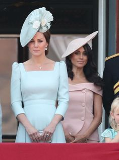 Meghan Markle made her first Trooping the Colour appearance at Buckingham Palace on Saturday. However, royal watchers noticed that the Duchess of Sussex was placed behind Kate Middleton. Alexander Mcqueen Kleider, Moda Kate Middleton, Style Kate Middleton, Kate Middleton Dress, Kate Middleton Fashion, Carole Middleton, Meghan Markle, Estilo Real, Buckingham Palace