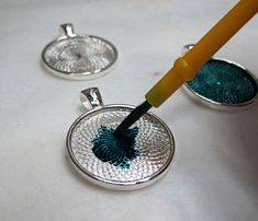 painting a silver bezel - DIY and crafts - Home Epoxy Resin Jewelry Tutorial, Resin Jewlery, Making Resin Jewellery, Resin Tutorial, Jewelry Case, Wire Jewelry, Jewelery, Diy Resin Art, Diy Resin Crafts
