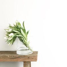 SoLebIch stellt vor: 10 neue Wohnungseinblicke, Foto von Mitglied camesapila | #SoLebIch #interior #interiordesign #blumendeko #tulpen #tulips First Day Of Spring, E Design, Interior Styling, Floral Arrangements, Glass Vase, Flowers, Interiordesign, Plants, Bouquets