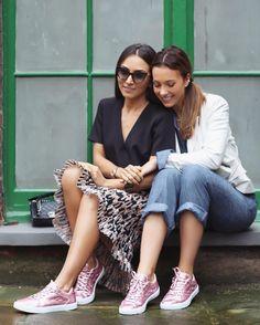 Bom dia especial em clima de Outubro Rosa e lançamento do sneaker metalizado desejo @olympikus para @carolbassibrand com a amizade e união das minhas queridas Fhits @lalanoleto e @claudiabartelle.  Por uma quarta-feira iluminada e inspiradora!  #FhitsTeam #OutubroRosa #OlympikusParaCarolBassi #tb