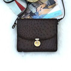 Bag which is a true jewel of Pierre Cardin, is skin of ostrich, with strap to carry him shoulder and both close to open it and close it should turn Golden round piece that is in the Center. Pierre Cardin, Chanel, Street Style, Shoulder Bag, Classic, Bags, Vintage, Etsy, Fashion