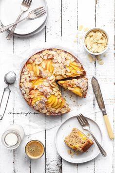10 Vegan Sugar-Free Desserts That Will Satisfy Your Sweet Cravings Almond Peach Cake (Vegan, Gluten-free & Refined sugar-free) Gluten Free Snacks, Vegan Gluten Free, Gluten Free Recipes, Vegan Recipes, Gluten Free Almond Cake, Patisserie Vegan, Gateaux Vegan, Bread Pudding With Apples, Cake Vegan