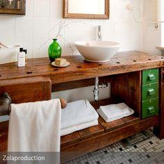 Das Highlight in diesem Bad ist die alte, aufgearbeitete Hobelbank, die zu einem Waschtisch umfunktioniert wurde. Die grünen, ebenfalls alten Schubladen wurden…