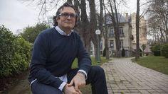 Juan Carlos Escudero posa junto al Palacio Zubieta de Gasteiz.