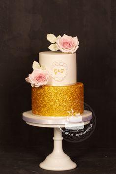 #hochzeitstorte  #vintagestyle #gold #glitter #sugarroses #initialen #vintagewedding #vintagetime #wedding #hochzeit   #love #forever #lovebond #weddingideas #hochzeit2019 #cakedesigns #törtlifee #suhr Cupcakes, Desserts, Gold, Single Flowers, Real Flowers, Wedding Bride, Tailgate Desserts, Cup Cakes, Dessert
