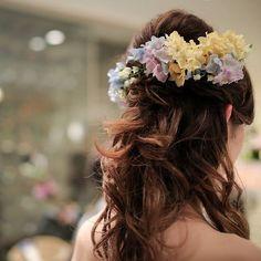 カラードレスのヘアスタイル。 実写版シンデレラのハーフアップをイメージ。 鈴蘭の花冠に、後ろにはたくさんの花を散りばめました。  #結婚#結婚式#結婚式ヘア #ブライダル#ブライダルヘア #ウェディングドレス#カラードレス#カラードレスヘア #覚王山ルアンジェ#覚王山ルアンジェ教会 #挙式#披露宴#シンデレラ#シンデレラウェディング #シンデレライメージ #卒花嫁 #卒花#Wedding#BRIDAL#Cinderella