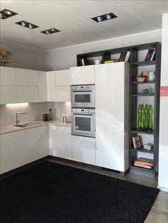 #Cucina #Scavolini modello #Motus: anta decorativo bianco puro #castellettiarredamenti #Kitchen #living #interiordesign #arredamento #bianco #cucinamoderna #forno #elettrodomestici #lavatrice #lavello #pianocottura #tavolo #sedie #libreria #legno