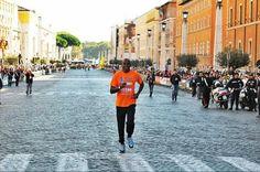 Carl Lewis torna a correre i 100 metri alla Corsa dei Santi di Roma