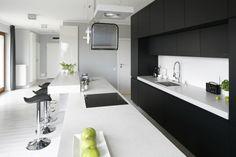 Dzięki szarej stonowanej kolorystyce kuchnia jest nowoczesna, elegancka, ale też modna. Projekt Maciejka Peszyńska-Drews. Fot.…