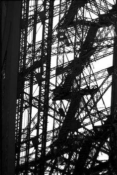 La concierge est dans l'escalier...  (Eiffel Tower)