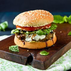 An Italian-inspired turkey burger with basil pesto, fresh mozzarella, and balsamic vinegar. Bon Appetit Bien Sur, Menu, Turkey Burgers, Veggie Burgers, Burger Recipes, Burger Ideas, Grill Recipes, Savoury Recipes, Gastronomia