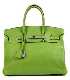 Ca. 25 x 35 x 18 cm. Knallige apfelgrüne Clemence Lederhandtasche mit Palladiumbeschlägen. Innenraum aus Ziegenleder mit einem Reißverschluss- und einem...