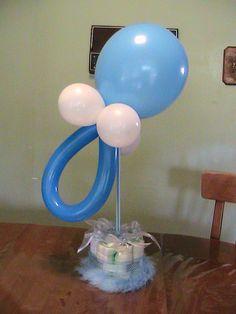 Centro de mesa para baby shower con globos y pañales