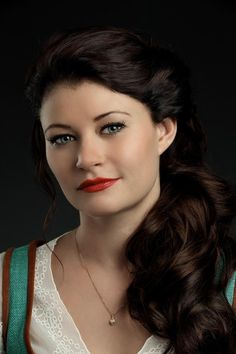 Ahhh! I still can't get over how beautiful and perfect Emilie de Ravin as Belle, and its been three seasons already