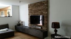 Achterwand van de televisie voorzien van CottageStone Scaglia in de kleur MR.