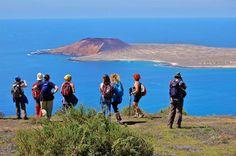 Excursão a pé pelo Vulcão Monte Corona e Penhascos: uma trilha o leva até o cume da maior cratera ao norte de Lanzarote! #melhorestours #viatorbr