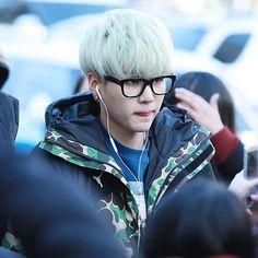 Suga green hair and glasses Suga Suga, Min Yoongi Bts, Min Suga, Bts Bangtan Boy, Jimin, Mint Hair, Green Hair, Daegu, Jungkook Date Of Birth