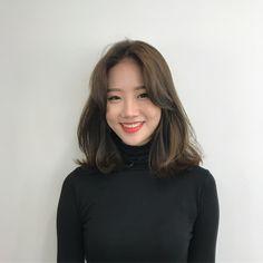 35 Amazing Shoulder Length Hair You Can Try Stunni+ Pelo Midi, Korean Short Hair, Korean Haircut, Short Hair Korea, Korean Medium Hair, Medium Hair Styles, Curly Hair Styles, Middle Hair, Middle Length Hair
